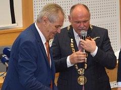 """Prezident Zeman přivezl olomouckému hejtmanovi Ladislavu Oklešťkovi, """"silnému nekuřákovi"""", dýmku."""
