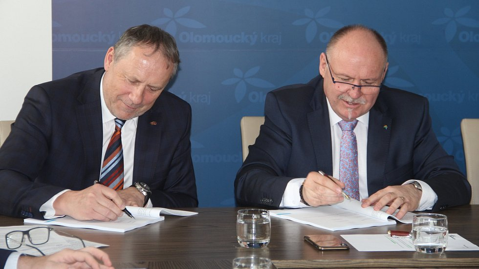 Zleva generální ředitel Českých drah Miroslav Kupec, hejtman Ol. kraje Ladislav Okleštěk při podpisu smlouvy.