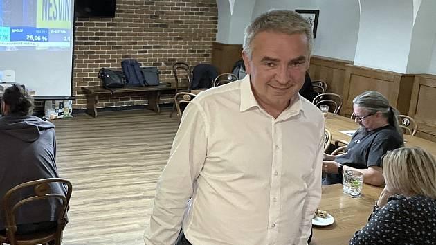 Lídr kandidátky Pirátů a Starostů Tomáš Müller (STAN) v olomoucké restauraci Riegrovka, kde se s vými kolegy seldoval v sobotu 9. října 2021 výsledky sněmovních voleb
