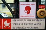 Piktogram na olomouckých tramvajích upozorňující cestující na povinnost  nosit roušku.