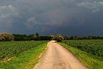 Temná obloha před bouřkou v Olomouckém kraji. Ilustrační foto