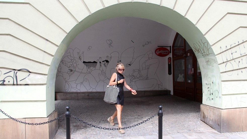 Nová murálová malba zdobí podloubí na rohu ulice 8. května a ulice Zámečnická v centru Olomouce