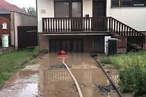 Bouřka s přívalovým deštěm dnes odpoledne potrápila obyvatele Štarnova.