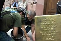 Vzpomínku na Maxe Weissmanna, který žil v domě v Komenského ulici v Olomouci, najdou kolemjdoucí na chodníku před dveřmi v podobě tzv. stolpersteinu.