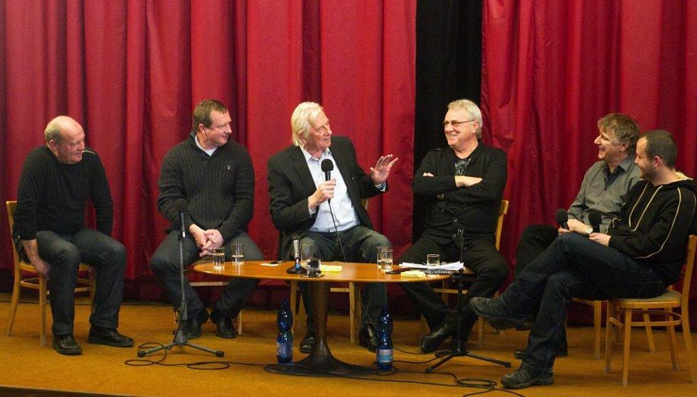 Ve Velké Týnci se na unikátní besedě sešli i slavní trenéři . Zleva Leoš Kalvoda, Pavel Vrba, Karel Brückner a Petr Uličný