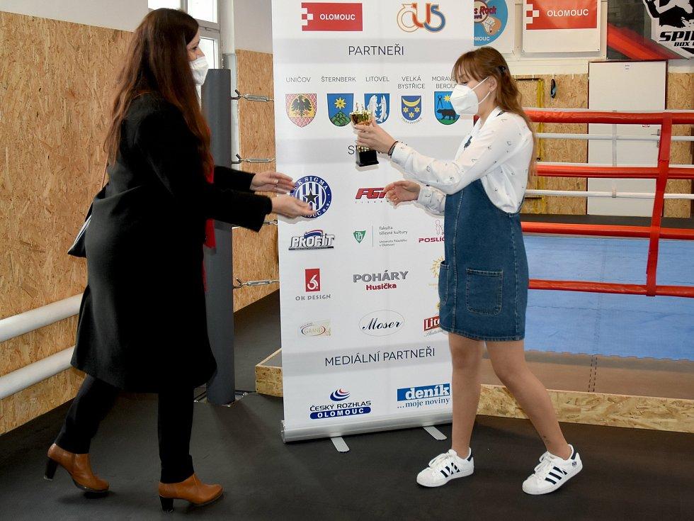 Boxerka Claudia Tótová převzala cenu za 3. místo v kategorii Mladých sportovců v anketě Sportovec Olomoucka 2020.