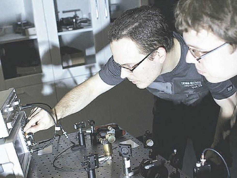 Badatelé z katedry optiky Přírodovědecké fakulty Univerzity Palackého nedávno zaznamenali velký úspěch, když teoreticky popsali a experimentálně potvrdili nové vlastnosti fotonu. Na snímku jsou Miroslav Ježek a Ivo Straka z týmu.