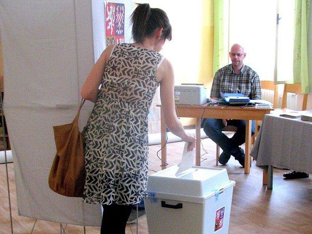 První voliči zamířili v pátek po otevření volebních místností ve 14 hodin rozhodovat o budoucích českých reprezentantech v Evropském parlamentu také na základní školu sv. Voršily v Olomouci.
