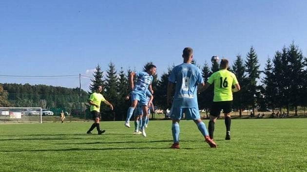 Fotbalisté Olešnice (v modrém) otočili doma zápas s Lošticemi z 0:2 na 3:2.