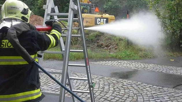 Hasiči zasahují při havárii plynového potrubí v Hlubočkách