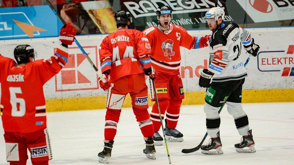 Útočník HC Olomouc Rostislav Olesz po vyrovnávacím gólu do sítě Karlových Varů.