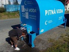 V Horní Loděnici mají opět špatnou vodu. Pokud se v těchto horkých dnech chtějí napít, musejí si koupit balenou ve Šternberku nebo vyrazit k přistavené cisterně v obci.