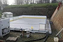 Stavba ledové plochy před Korunní pevnůstkou