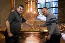 Sládek Luděk Reichl s režisérem Miroslavem Krobotem v hanušovickém pivovaru.