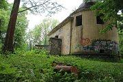 Z okolí jihoslovanského mauzolea v Bezručových sadech v Olomouci zmizely keře