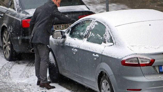 Řidiči se v úterý ráno snažili vyprostit vozy z ledového sevření