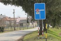 Na zákaz průjezdu nákladních vozidel nad 12 tun Nedvězím upozorňuje nové dopravní značení už v Bystročicích u mostu přes říčku Blatu. 29.3.2021