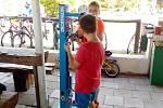 """Novinkou letošní sezony na Poděbradech je """"opravna"""" kol. Cyklista zavěsí kolo na stojan a po ruce má kompletní nářadí, včetně pumpičky."""