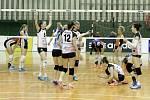Olomoucké volejbalistky porazily ve druhém zápase semifinále play-off Ostravu (v bílém) 3:0 a srovnaly stav série na 1:1
