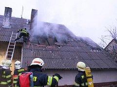 Hasiči zasahují u požáru garáže u rodinného domu v Medlově