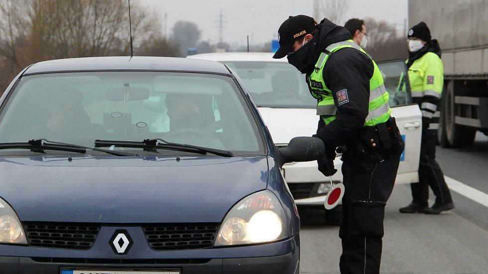 Policisté hlídají dodržování nových nařízení u Horní Moštěnice. 1. března 2021