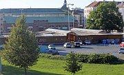 Olomoucká tržnice ještě s dřevěnými stánky prodejců textilu