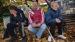 K volbám se chystají i lidé bez přístřeší, kteří se scházejí na lavičce u Přerovanky v Přerově. Každý má ale na politiku jiný názor.