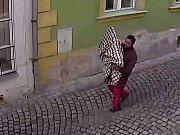 Zloděj obrazů z půdy domu v Šemberově ulici v Olomouci. Záběry z kamerového systému