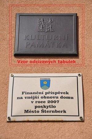 Vandal ve Šternberku poničil tabulky na významných domech, město po něm pátrá - vzor odcizené tabulky