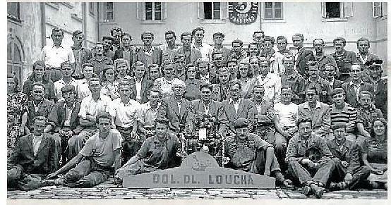 Filiálka. Ve Valšově (část Dlouhé Loučky) stála původně papírna. V září roku 1947 na tomto místě zahájil výrobu obuvi pobočný závod firmy Baťa. Na fotografii jsou zaměstnanci, kteří zde pracovali v padesátých letech 20. století.