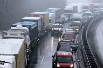 Dopravní zácpa kvůli bouračkám na ledovce na D46 - 25. ledna 2016