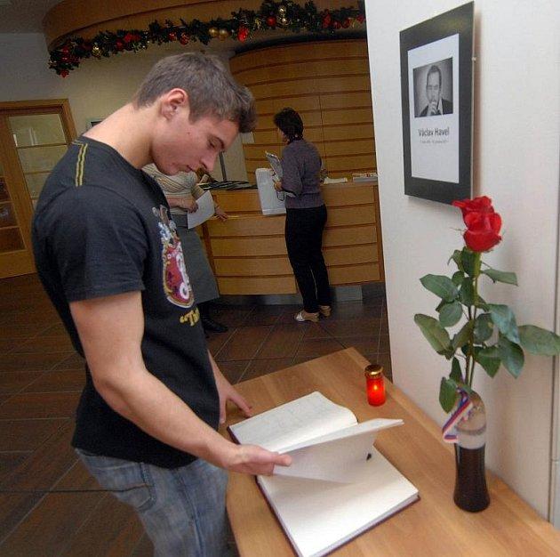 Občané podepisují kondolenční knihu na krajském úřadě v Olomouci