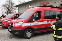 Slavnostní předání vozů dobrovolným hasičům z Droždína a Holice.