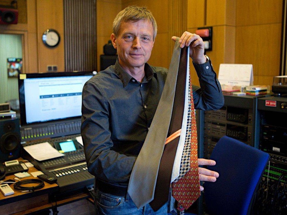 Ředitel Českého rozhlasu Olomouc Josef Podstata s kravatami, které věnuje do charitativního Kabelkového veletrhu Deníku