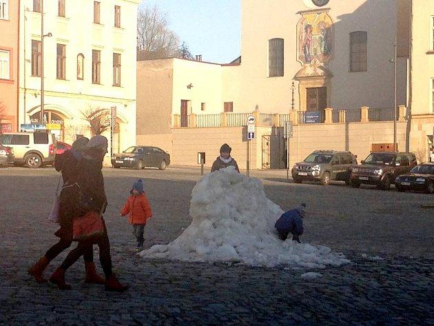 Sníh, který zbyl po veřejném kluzišti na olomouckém Dolním náměstí. 14. března 2016