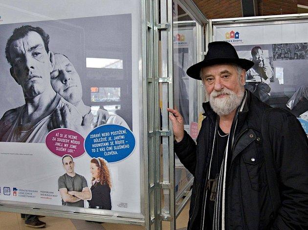 Výstava Jindřicha Štreita Život místo ústavu ve vestibulu olomouckého hlavního nádraží