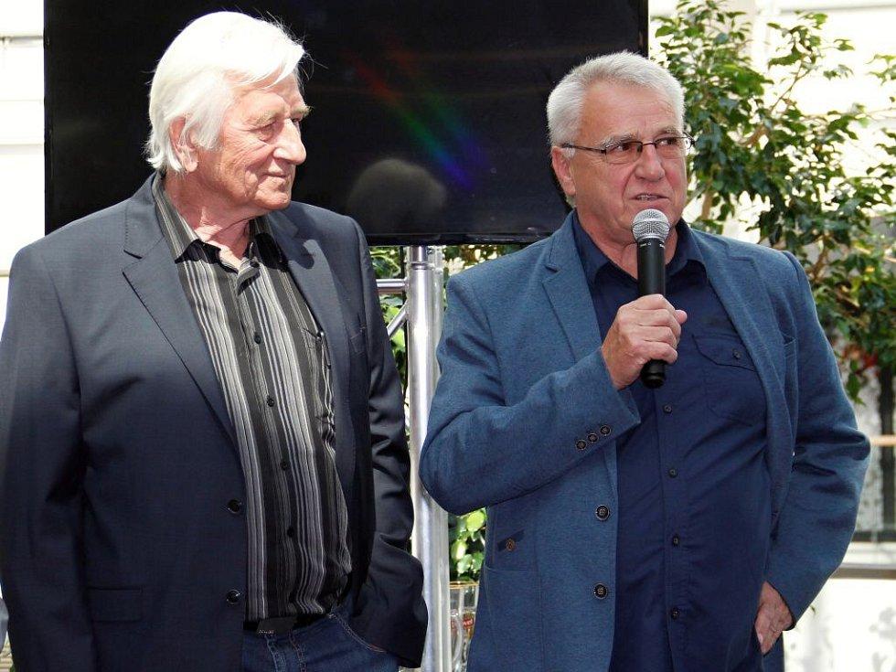 Karel Brückner a Petr Uličný. Křest knihy Bouřlivák John v obchodním centru Šantovka v Olomouci