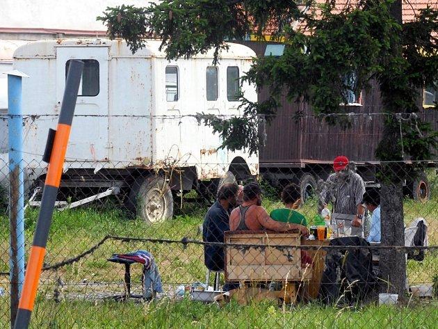 Parcelu obývají bezdomovci. Majitel pozemku jim to ovšem povolil.