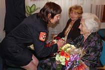 Ke krásným stým narozeninám v sobotu pogratulovali paní Boženě Gabryšové na obecním úřadu v Dlouhé Loučce.
