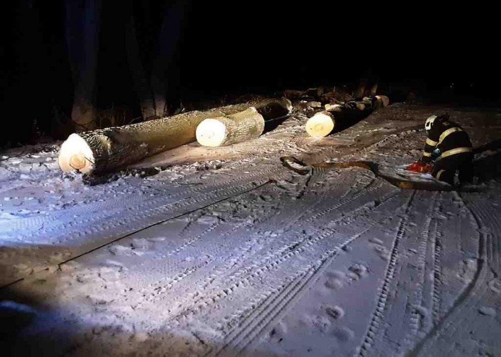Nehody kvůli ledovce a sněžení v Olomouckém kraji - 7. 2. 2021 - popadané stromy na silnicích