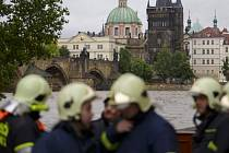 Hasiči pomáhají zaplavené Praze