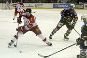 Olomoučtí hokejisté (v bílém) porazili Chomutov 1:0. Jan Jaroměřský.