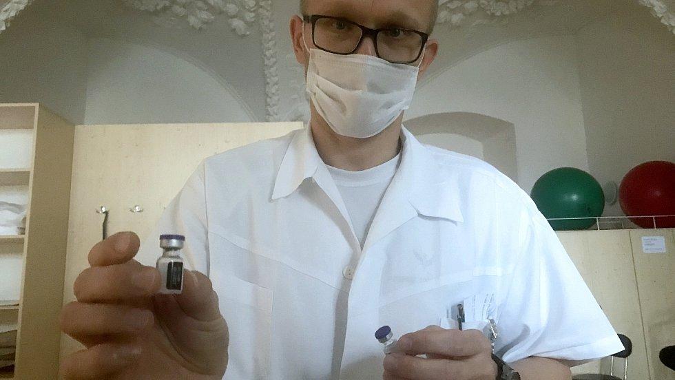 Vojenská nemocnice Olomouc zahájila očkování proti Covid-19, na snímku náměstek ředitele Luděk Ordelt s vakcínou, 31. prosince 2020