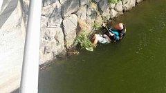 K muži, kterému ve středu hrozilo utopení v řece Moravě, přispěchal jako první na pomoc psovod olomoucké policie Jaroslav Vávra (vpravo). Spustil se k němu na laně, přivázal jej ke břehu a čtvrt hodiny společně čekali na hasiče