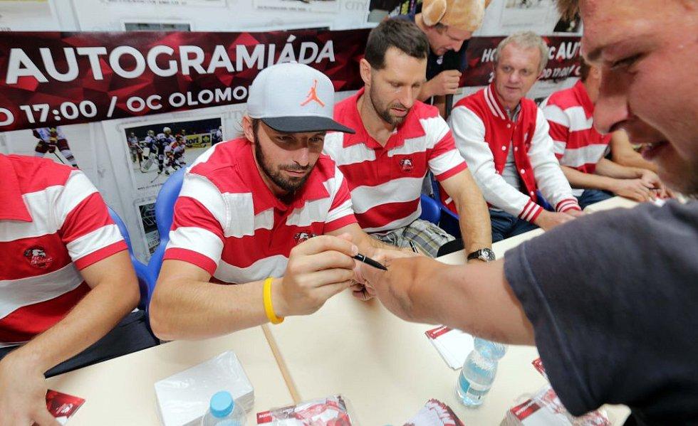 Předsezónní autogramiáda HC Olomouc v obchodním centru Olomouc City