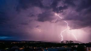 Bouřky na jihozápadě Čech zesílí, intenzivně zaprší i v neděli