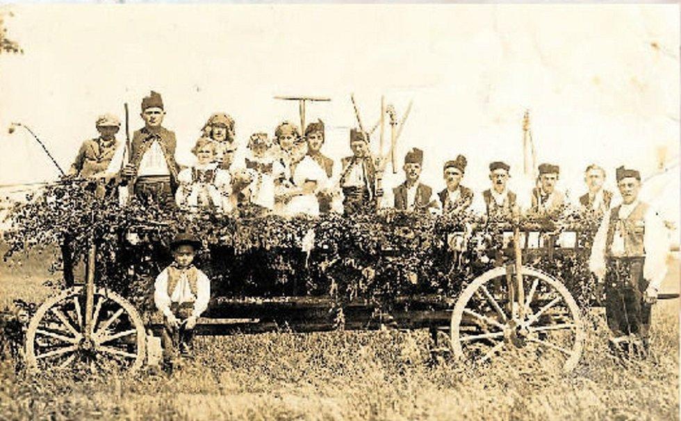 Místní při oslavě výročí zrušení roboty v roce 1928.