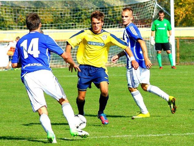 Fotbalisté Uničova (v modrobílém)