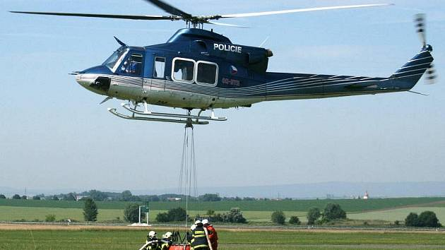 Nácvik hašení pomocí helikoptéry, ke kterému siprofesionálové pozvali hasiče z Velké Bystřice.