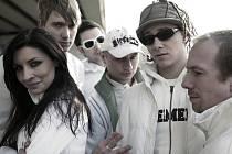 Radek Bureš (na snímku za zpěvačkou Jitkou Charvátovou) založil Skyline v roce 1997.